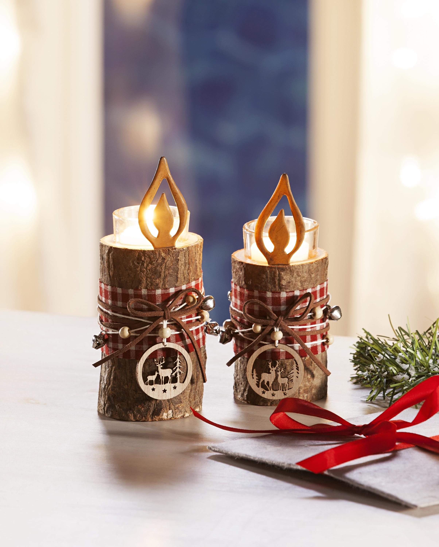 Windlicht im echten Baumstamm mit Glas und Kerze