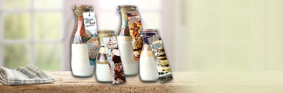 #Eine Mischung im Glas verschenken Sie sind auf der Suche nach einer süssen Geschenkidee? Dann verschenken Sie doch mal eine Back- oder Reismischung im Glas, die im sprichwörtlichen Sinne süss ist. Backmischungen im Glas sind lecker, dekorativ, fantasievoll und eine tolle Abwechslung zu ganz normalen Backmischungen, die in jedem Supermarkt erhältlich sind. Die Backmischung im Glas ist eine raffinierte Geschenkidee und auch für ungeübte Köchinnen und Köche ganz einfach zu backen. Ob süss oder herzhaft, der Beschenkte muss noch zwei bis drei ganz einfache Zutaten, meist Wasser, Eier und / oder Butter, hinzufügen, alles miteinander verrühren und schon sind Cookies, Risotto und andere Leckereien fertig.    Alle Backmischungen finden Sie auch in unseren [Filialen](https://www.weltbild.ch/themenwelten/weltbild-filialen).