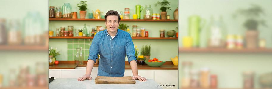 """##Gewinnen Sie eins von 5 Jamie Oliver-Packages  Einfach unten stehendes Gewinnspielformular ausfüllen und mit etwas Glück gewinnen!  Wir verlosen 5 Packages von Star-Koch Jamie Oliver.     **Inhalt:**   - 1 Buch """"Genial gesund""""   - 1 Buch """"Jamies Superfood für jeden Tag""""   - 1 Booklet """"Superfood Tag""""    - 1 edle Trinkflasche mit Glas"""