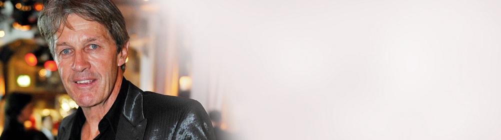 ##Der Gipfelstürmer, Pistenbauer, Werbe-Ikone Bernhard Russi gewann in den 1970-er Jahren Olympiagold, Olympiasilber, WM-Gold und zweimal den Abfahrtsweltcup.  1978 verliess er den Skizirkus.  Doch sein gesellschaftlicher Aufstieg begann erst dann so richtig. Russi wurde zum nationalen Kulturgut, das kein Verfalldatum kennt.