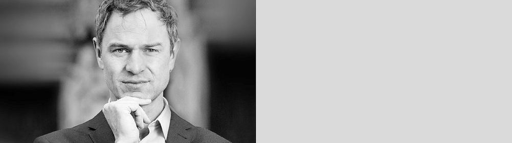 ##**Dr. phil. Daniele Ganser** ist Historiker und Friedensforscher. Er ist spezialisiert auf die Zeitgeschichte ab dem Jahr 1945 und internationale Politik. Seine Forschungsschwerpunkte sind Geostrategie, verdeckte Kriegsführung, Ressourcenkämpfe und Wirtschaftspolitik. Daniele Ganser ist Gründer und Leiter des Swiss Institute for Peace and Energy Research (SIPER) in Basel (www.siper.ch).