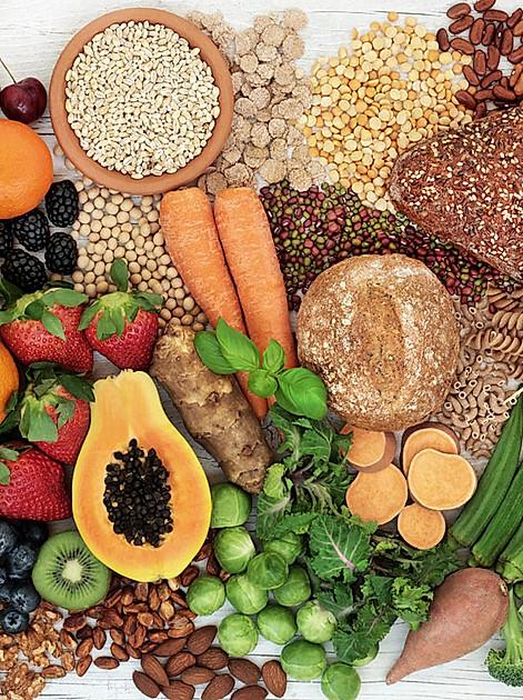Nahrungsmittel mit viel Ballaststoffen: Obst, Gemüse, Getreide, Nüsse
