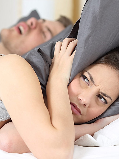 Schnarchen ist nicht nur ein Problem für die Beziehung, sondern auch für die Gesundheit.