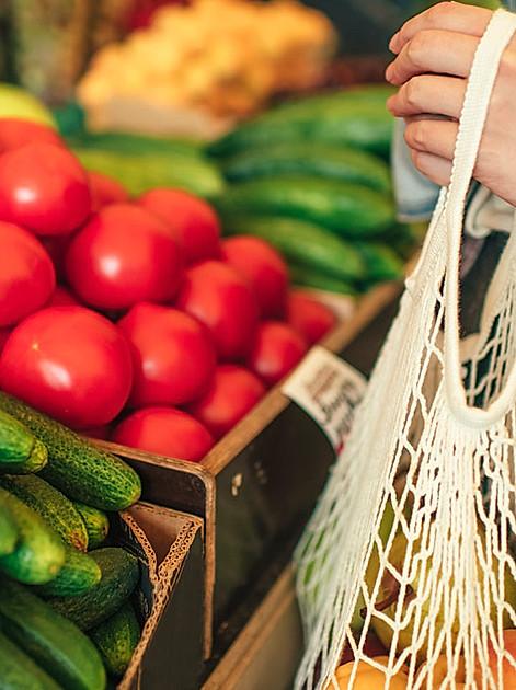 mmer mehr Supermärkte und Discounter bieten Obst und Gemüse lose an. Erster Schritt: stets einen Jutebeutel , einen Korb oder eine Stofftasche dabei haben.