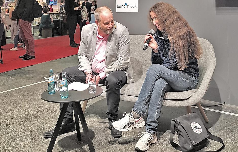 """Dr. Tobias Winstel spricht zudem bei einem Podiumsgespräch auf der Bühne """"Frankfurt Authors"""" gemeinsam mit der erfolgreichen Autorin Silvia Stolzenburg über das Bücher-Lesen und Bücher-Schreiben."""