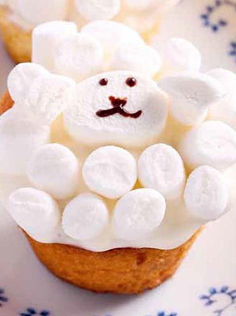"""Rezept für Süße Marshmallow-Schäfchen aus """"Modetorten mit Lieblings-Süßigkeiten"""""""
