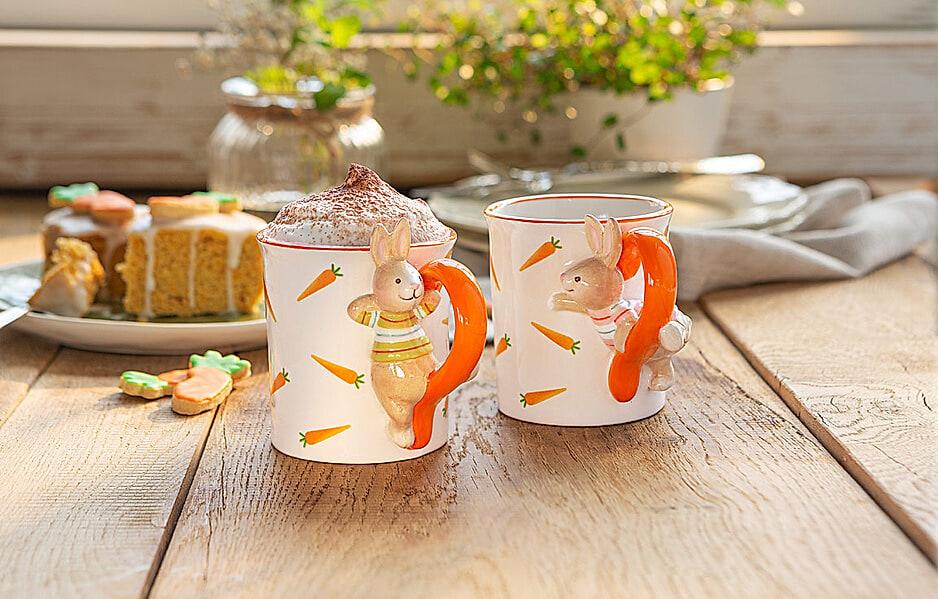 Tassen mit Hasen und Karotten