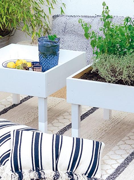 Kostenlose DIY-Anleitung für einen kleinen Terrassentisch, der sich auch als Hochbeet nutzen lässt