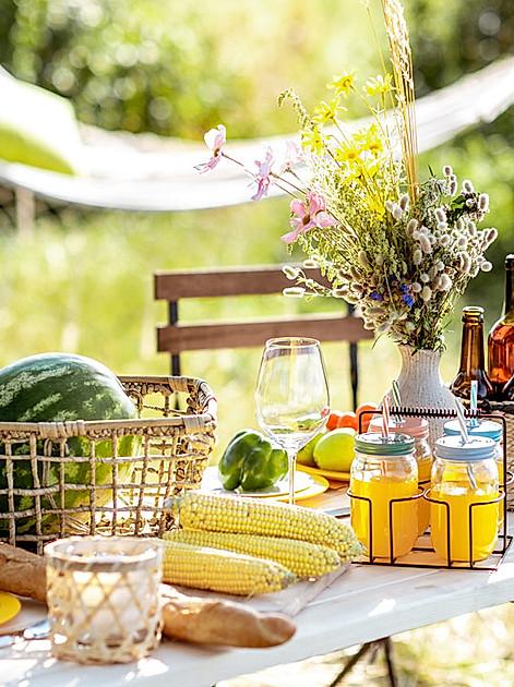 Limo, frisches Obst und Frozen Cheesecake: Heute Nachmittag laden wir auf der Terrasse ein