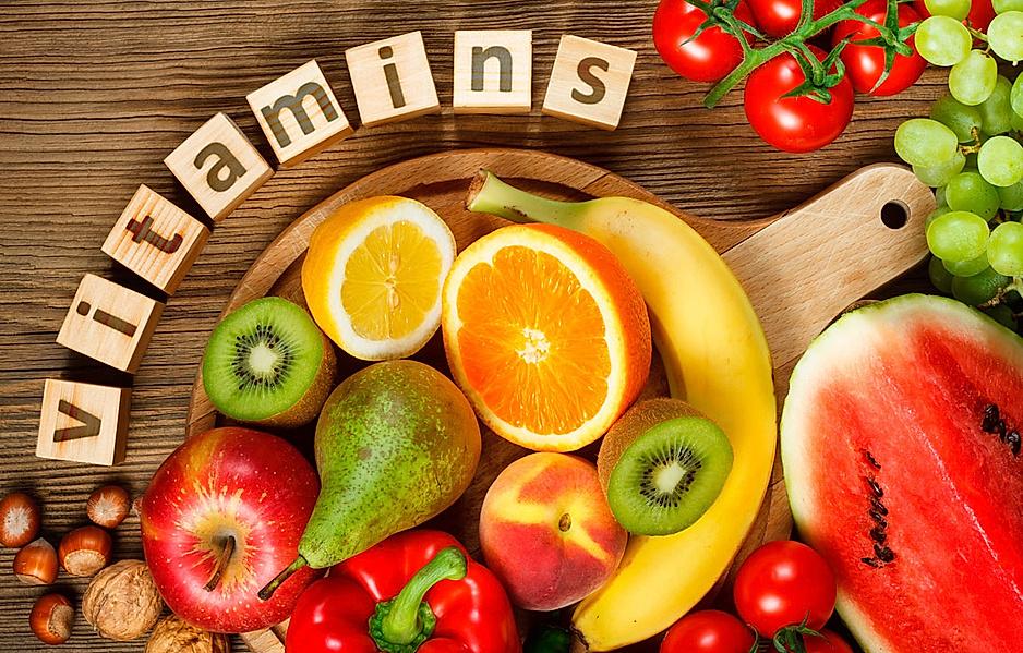 Risikofaktor Vitaminmangel - Obst und Gemüse liegen auf dem Tisch, darüber der Schriftzug Vitamins