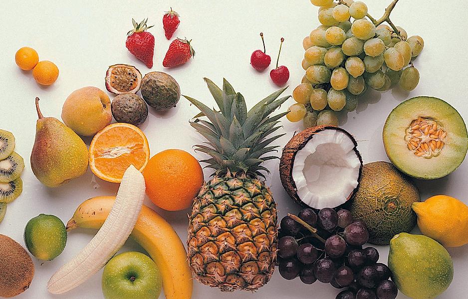 Richtige Ernährung bei Anlaufschmerzen - viele verschiedene Obstsorten liegen durcheinander auf einem Tisch
