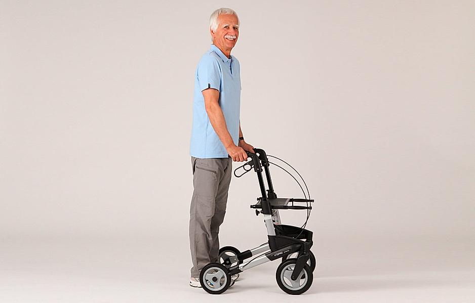 Rollator-Übung: Sicherer Stand zwischen den Rollator-Rädern