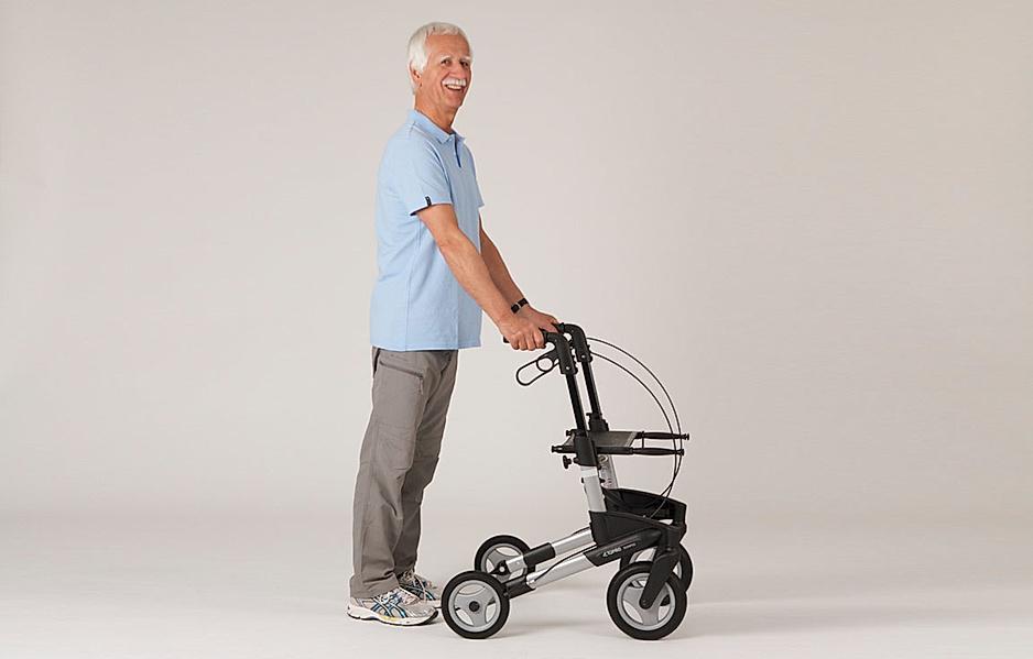 Rollator-Übung: Sicherer Stand etwas hinter den Rollator-Rädern