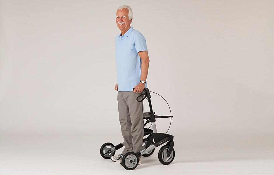 Rollator-Übung: Sicherer Stand mit dem Rücken zum Rollator