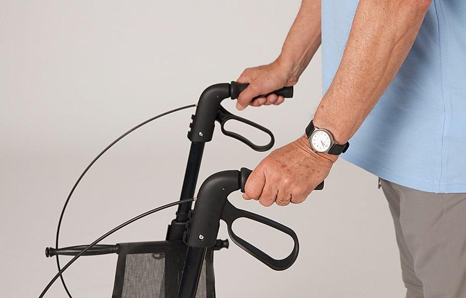 Rollator-Übung: Mit den Händen an den Griffen richtig fest halten