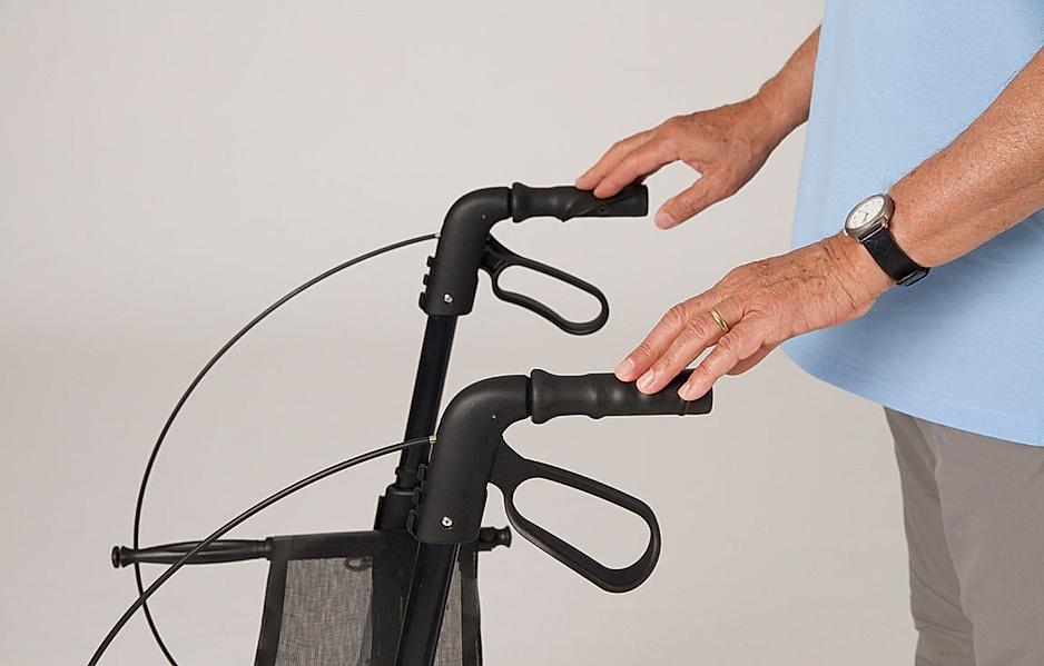 Rollator-Übung: Mit den Händen die Griffe leicht berühren