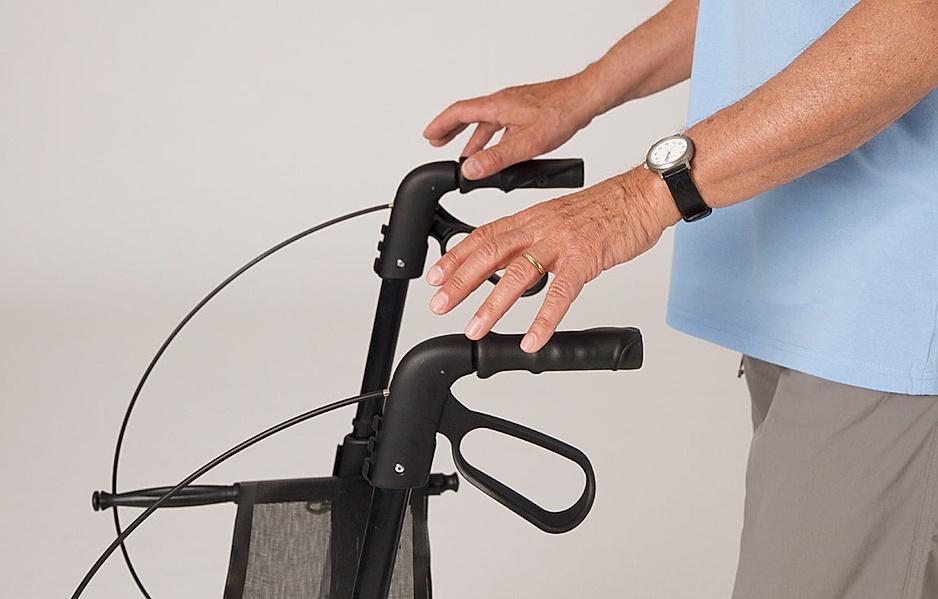 Rollator-Übung: Mit den Händen ein oder beide Griffe loslassen