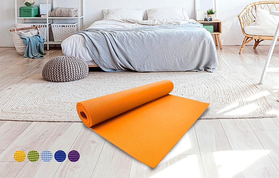 Yogamatten in verschiedenen Ausführungen liegen am Boden zur Auswahl bereit
