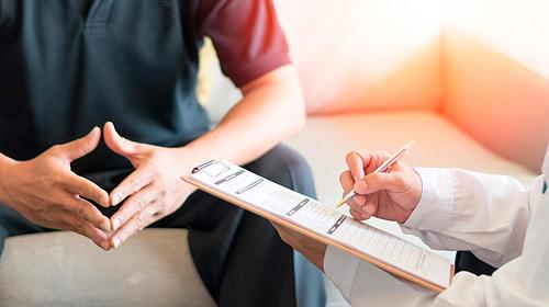 Arzt bei Bluthochdruck konsultieren