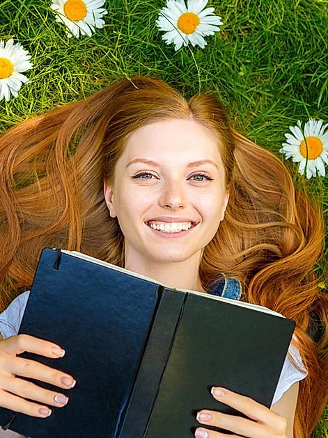 Diese Bücher machen glücklich! Kulturjournalistin Franziska Kurz verrät ihre 5 besten Lesetipps fürs Glück