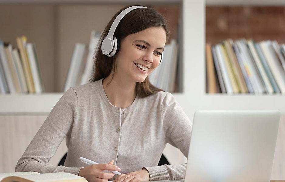 junge Frau mit Kopfhörer lernt eigenverantwortlich