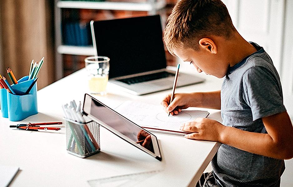 Schulkinder beim E-Learning