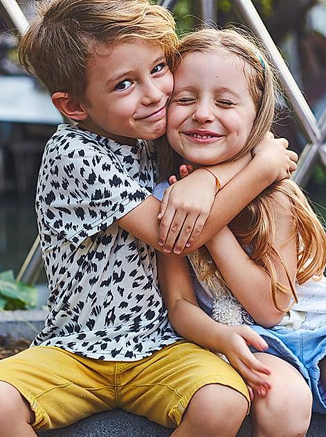 Großer Bruder und kleine Schwester