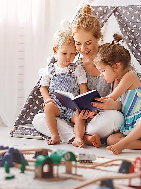 Die Mama liest den beiden Kleinen vor