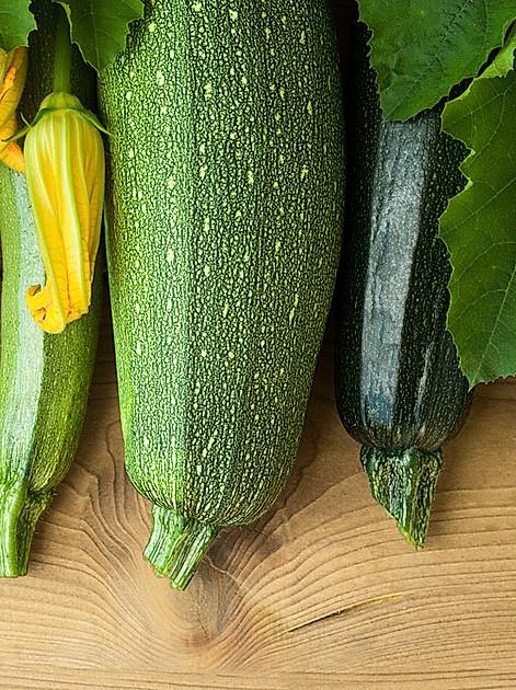 Grün, gelb oder die frischen Blüten: Zucchini sind vielseitig und voller Vitamine und Nährstoffe.