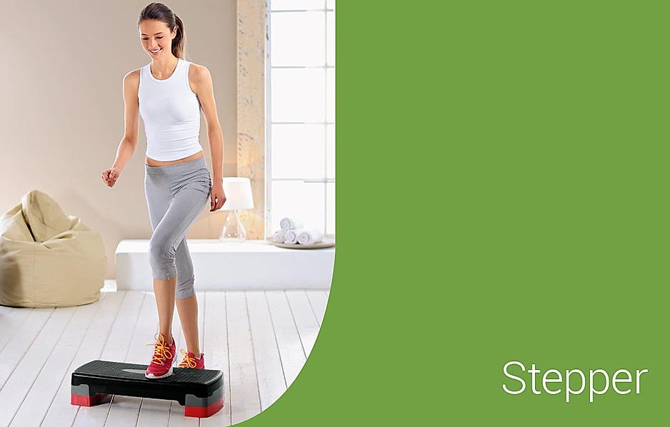 Frau trainiert zuhause mit dem Stepp-Brett