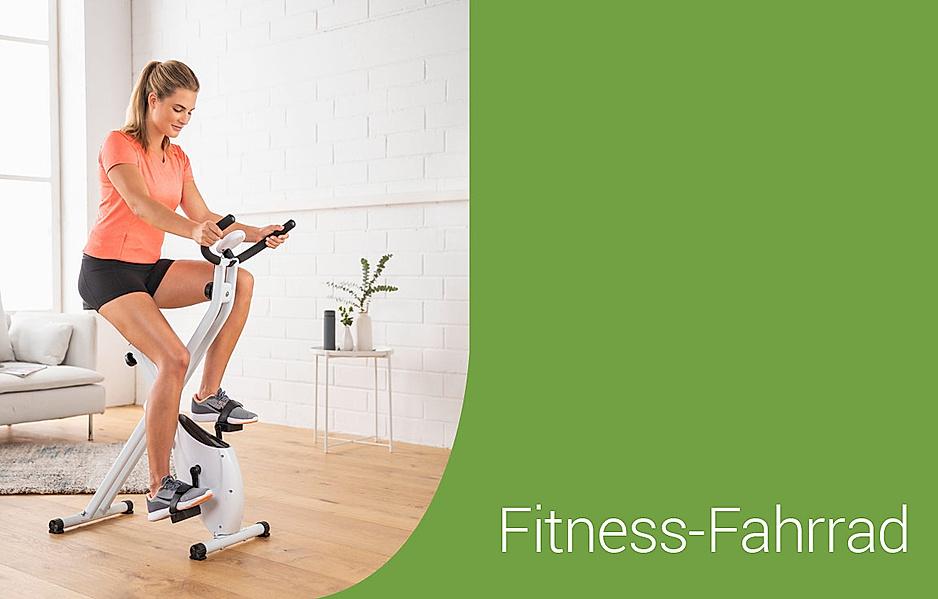 Frau trainiert Ihre Ausdauer zuhause auf einem Fitness-Fahrrad