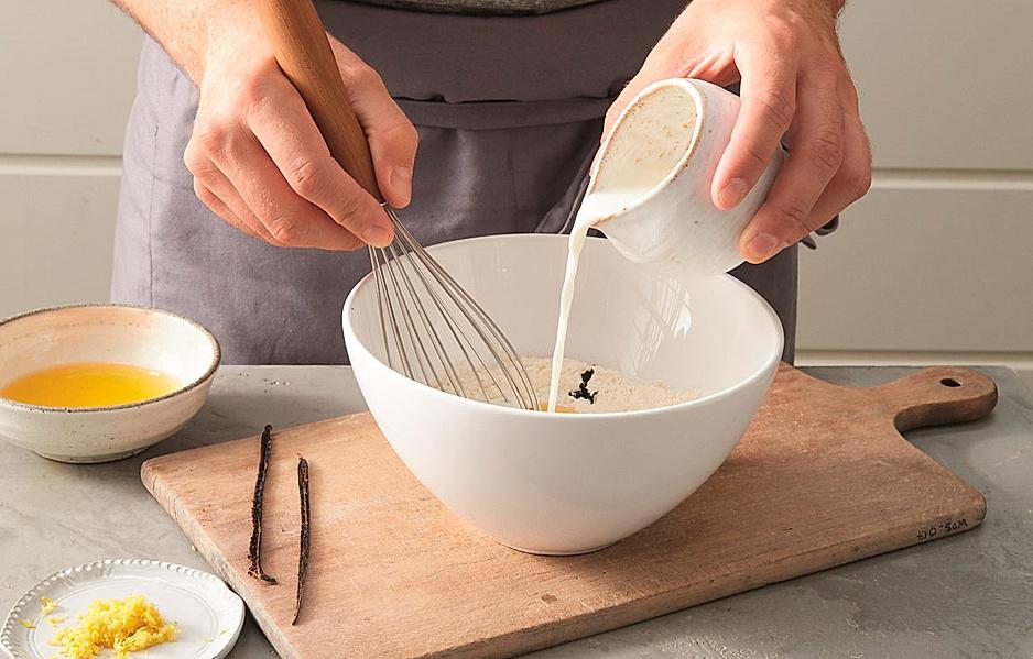 1. In einer Schüssel 120 g Mehl mit ¼ l Milch, 4 Eigelben, dem ausgekratzten Mark von 1 Vanilleschote, 1 TL abgeriebener unbehandelter Zitronenschale und 4 EL flüssiger brauner Butter (siehe S. 40) zu einem glatten Teig verrühren.