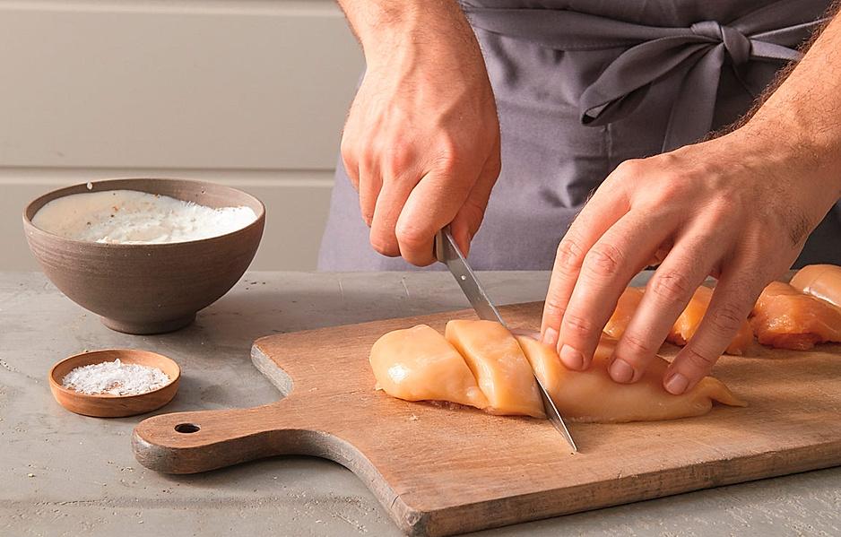 3. 4 Hähnchenbrustfilets (à 150 g) waschen, trocken tupfen und schräg in Stücke schneiden. Die Fleischstücke mit dem Joghurt mischen und 1 bis 2 Stunden (am besten über Nacht) im Kühlschrank marinieren.