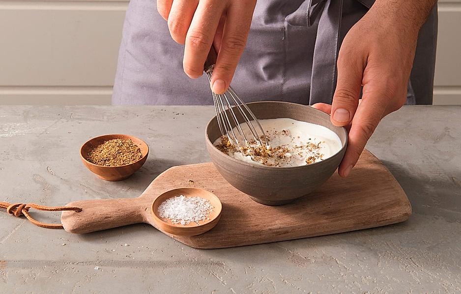 2. Die Gewürzmischung in einer Schüssel mit 250 g Naturjoghurt und 1 Prise Salz glatt rühren.