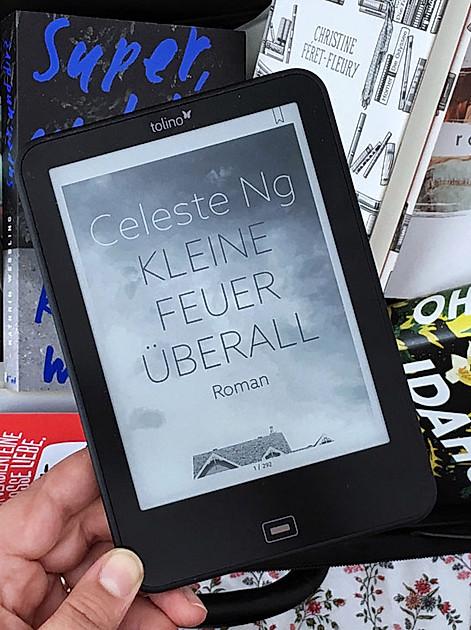 """Bloggerin MsCaulfield liebt den tolino und liest aktuell """"Kleine Feuer überall"""""""