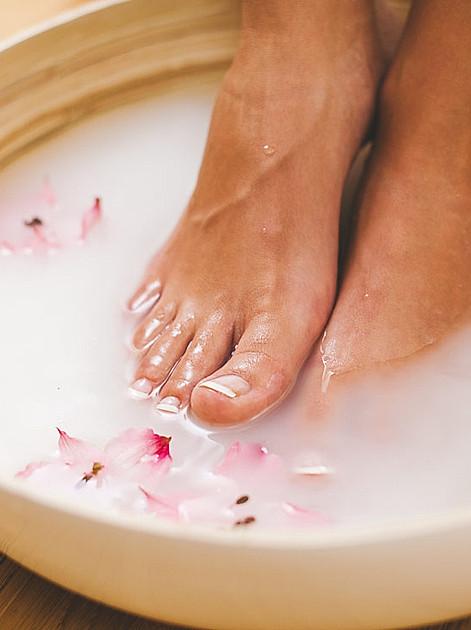 Gönnen Sie Ihren Füßen eine regelmäßige Spa-Behandlung zu Hause mit einem aktivierenden Fußbad