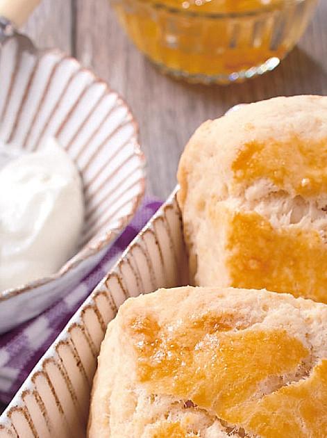 Englische Scones isst man traditionell mit Clotted Cream und Marmelade